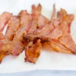 Faça bacon crocante sem fritar