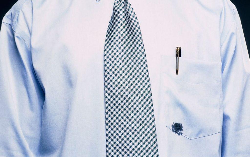 Camisa manchada com caneta