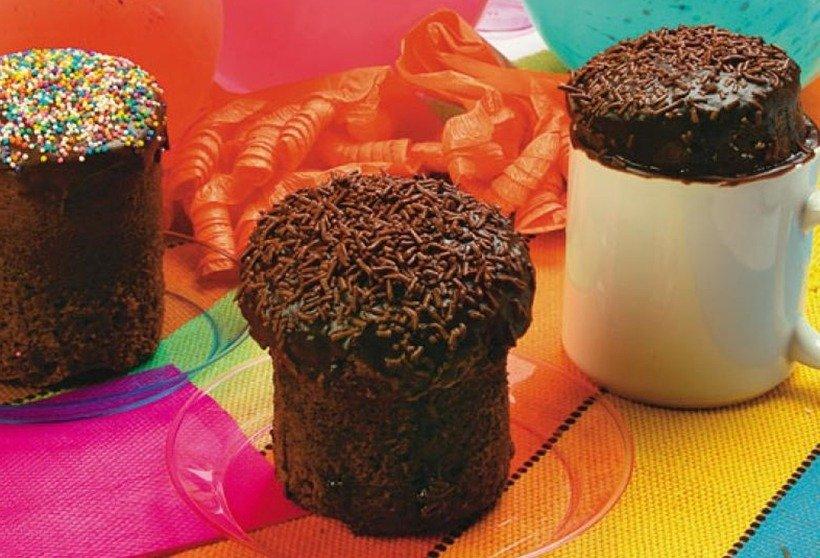 Tipos diferentes de bolos de chocolate na caneca