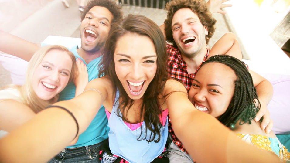Sair de casa com os amigos para se divertir