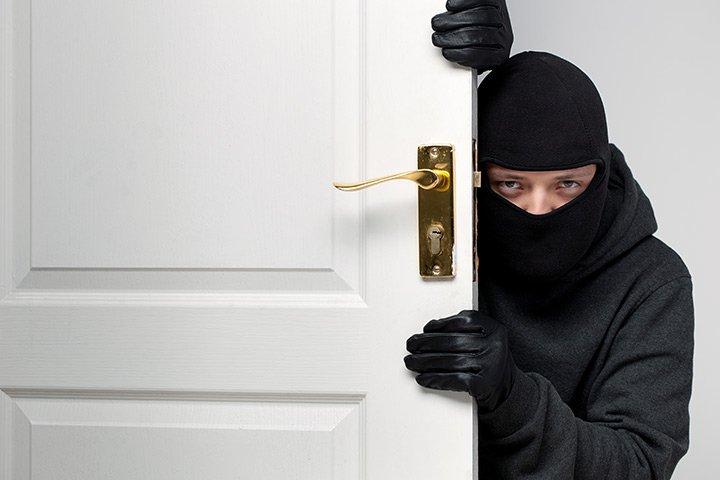 7 medidas simples de segurança pra quem mora sozinho