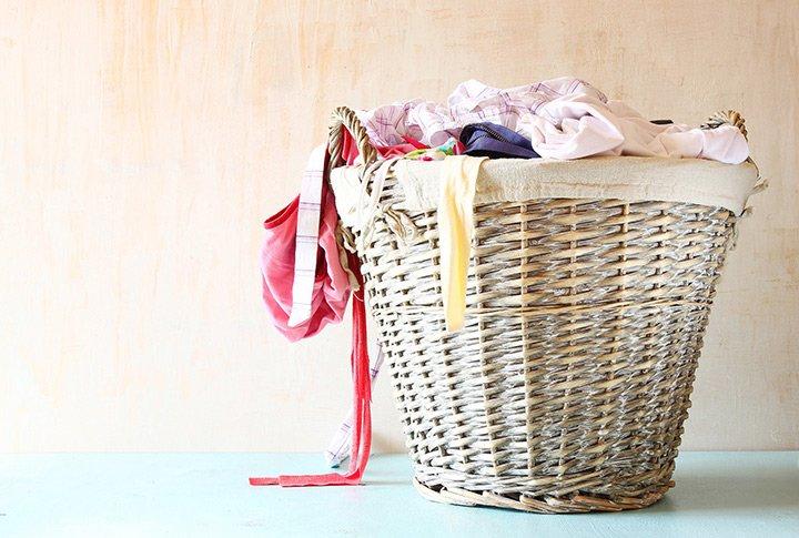 Peças de roupa no cesto