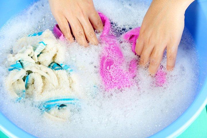 Como lavar roupas na mão