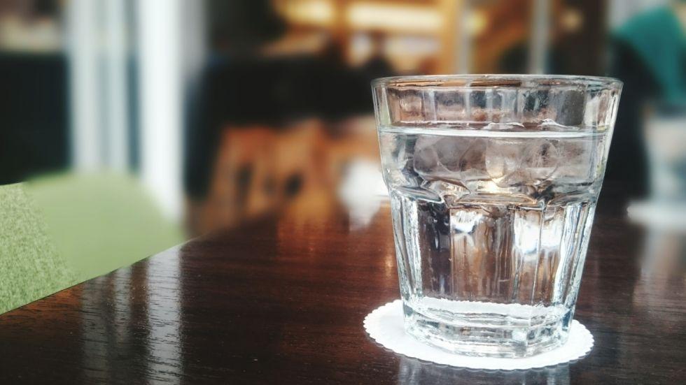 Aquecer água no micro-ondas: é perigoso?