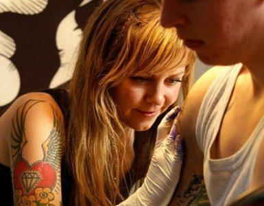 Tatuagem - pessoa tatuando