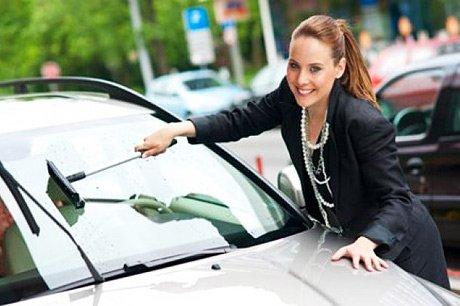 Como limpar bem o vidro do seu carro