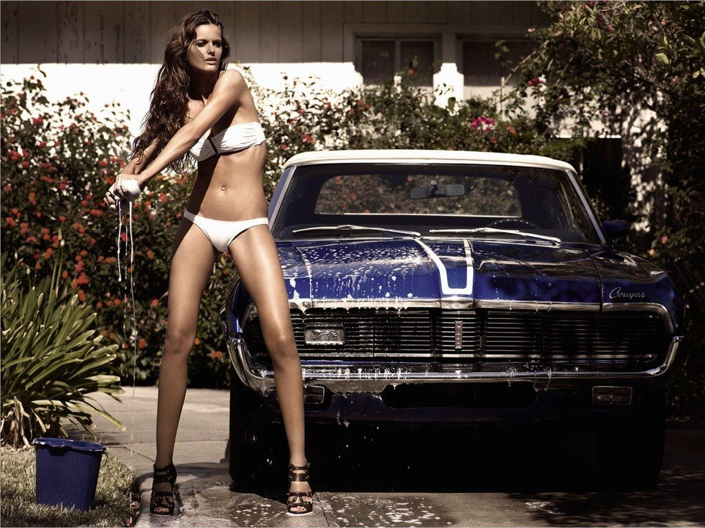 mulher-lavando-carro