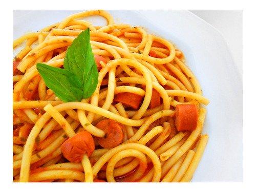 Spaghetti com molho e salsicha - um almoço rápido super massa!