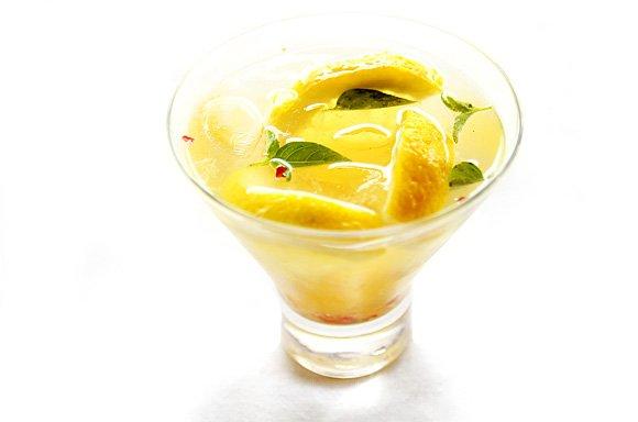 Receita de caipirinha com limão siciliano, pimenta rosa e mel
