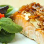 Receita de salmão com amêndoas e cebolas caramelizadas – muito fácil!