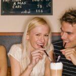 Amigos que começam a namorar e somem: como lidar?