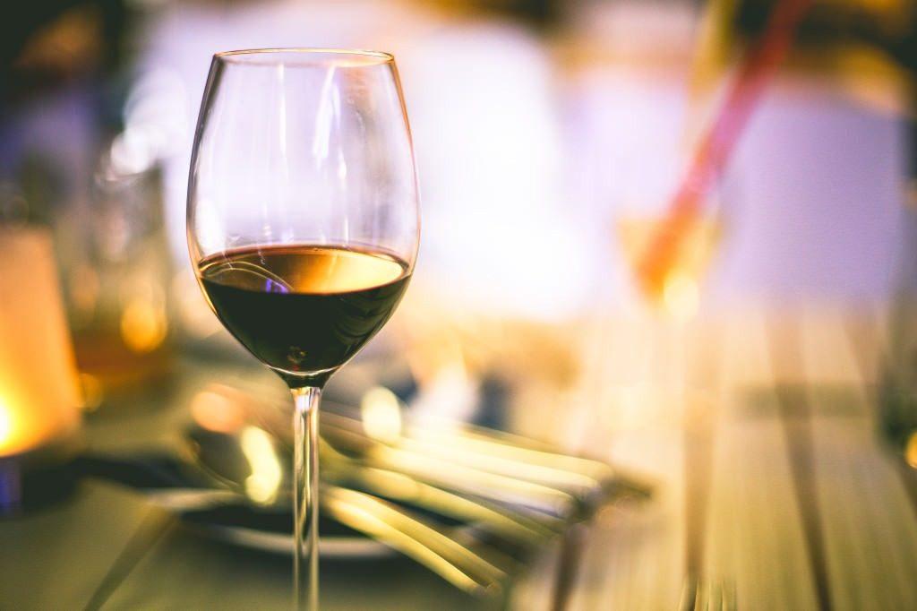 Tomando um bom vinho