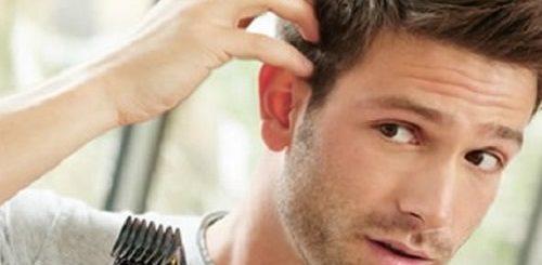 Homem-cortando-o-cabelo