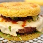 Hambúrguer de Miojo: ele existe! Veja a receita aqui!