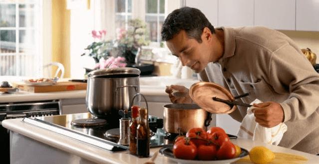 Homem conhecendo o seu fogão