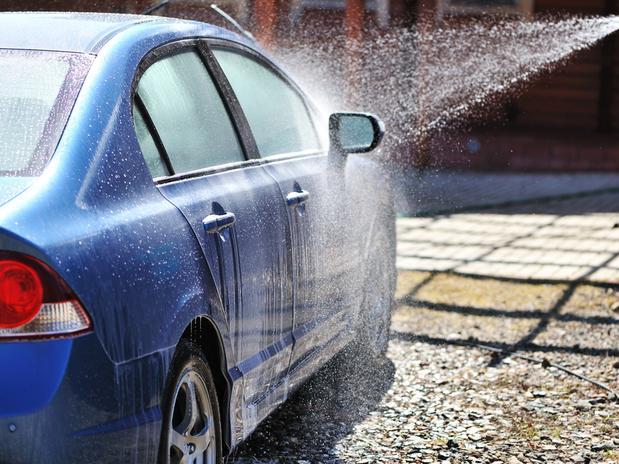 lavar carro gasta agua
