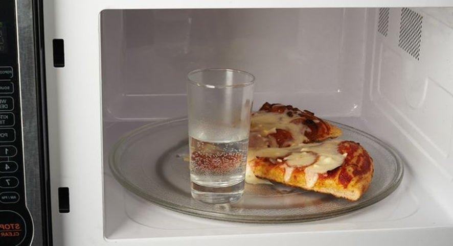 Esquentando no microondas a pizza com água