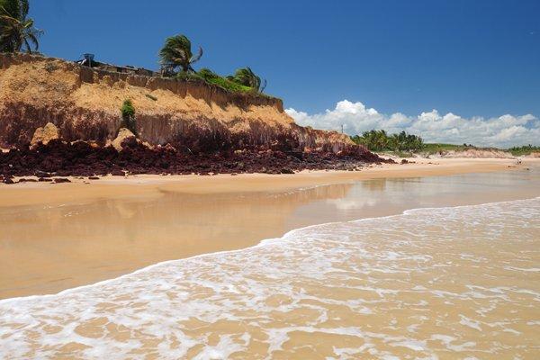 Data: 13/01/2010 - BA - Mucuri - Praia da Costa Dourada, em Mucuri na Bahia. Matéria sobre praias desertas - Editoria: Cidades - Foto: Gabriel Lordêllo - GZ