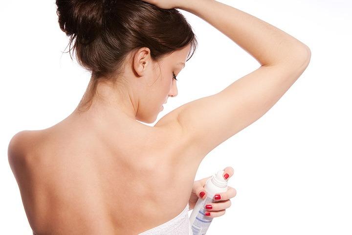 Usando desodorante na axila