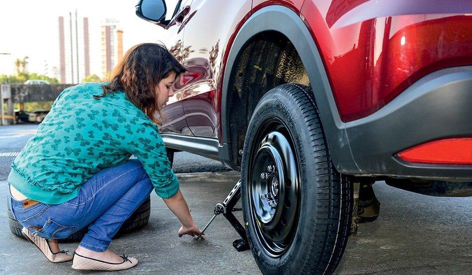 Guia para mulheres: dicas de como trocar o pneu do carro
