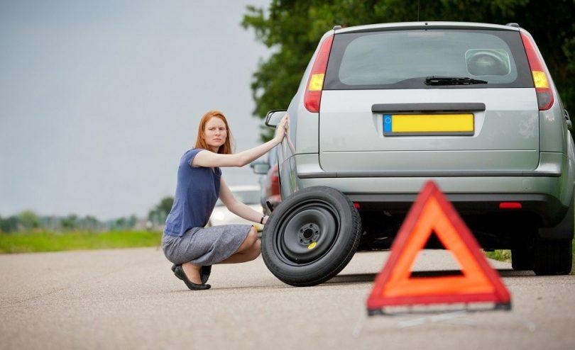 trocar-pneu-carro-mulher
