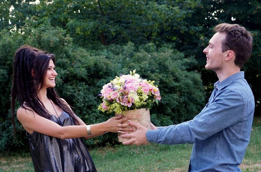 presenteando mulheres com flores