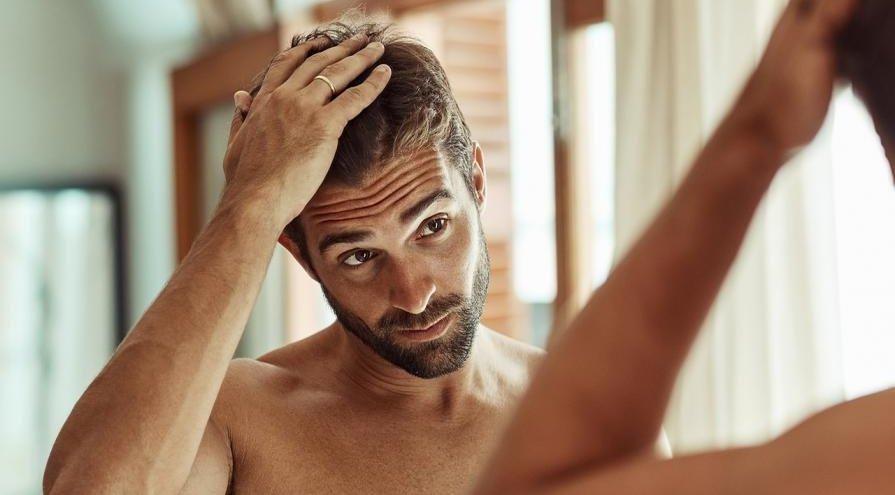 Homem arrumando o cabelo