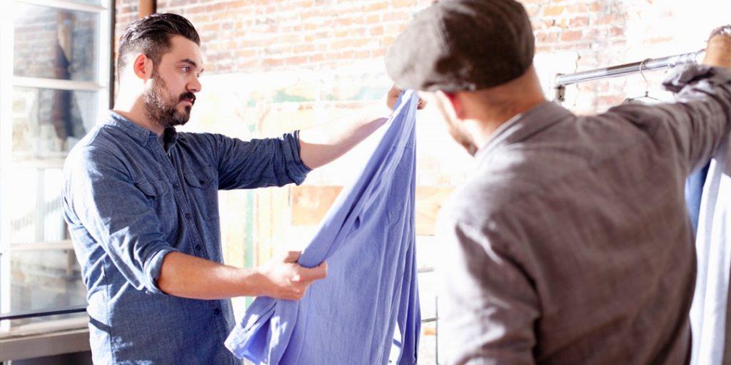 Homem comprando roupa