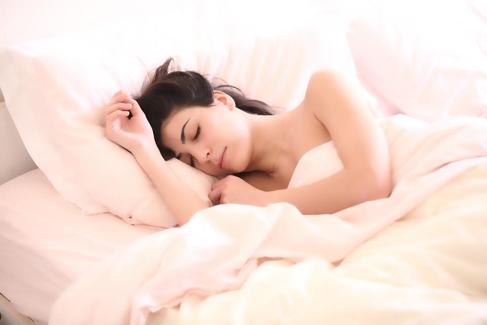 8 melhores dicas caseiras para umidificar o ar do quarto