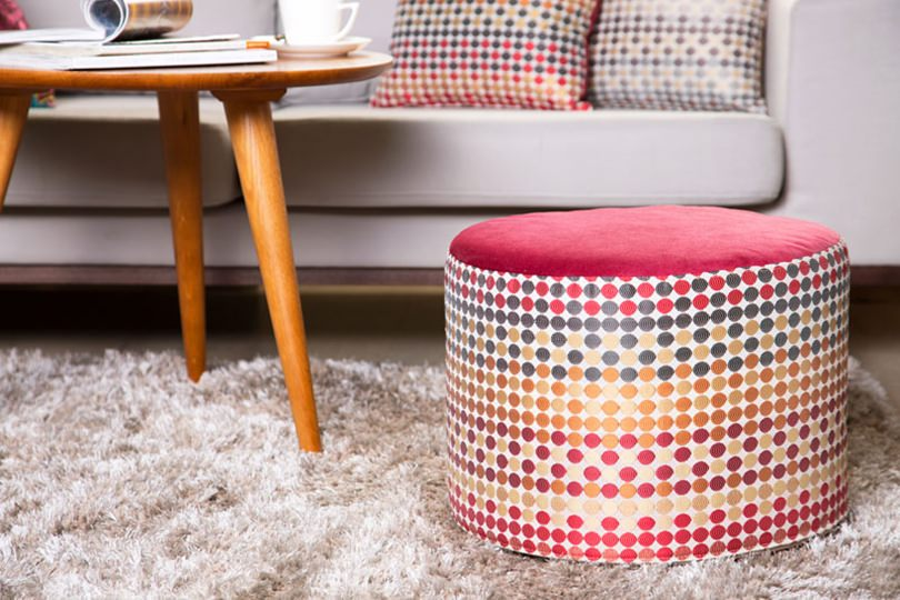 Sala pequena usando móveis coloridos