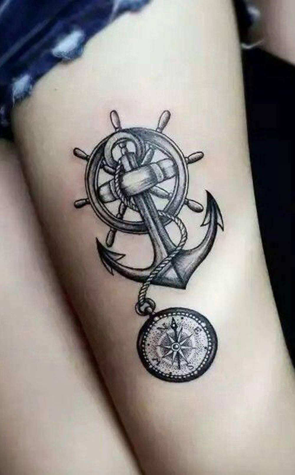 Tatuagem na coxa de âncora e bússola