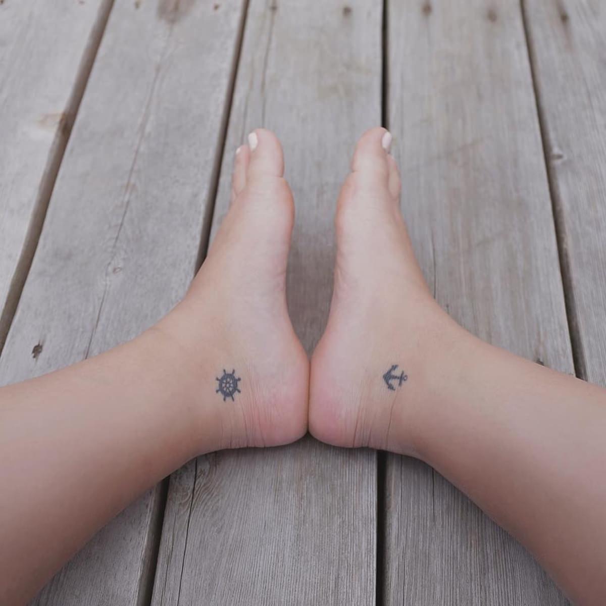 Tatuagem de leme e âncora no pé