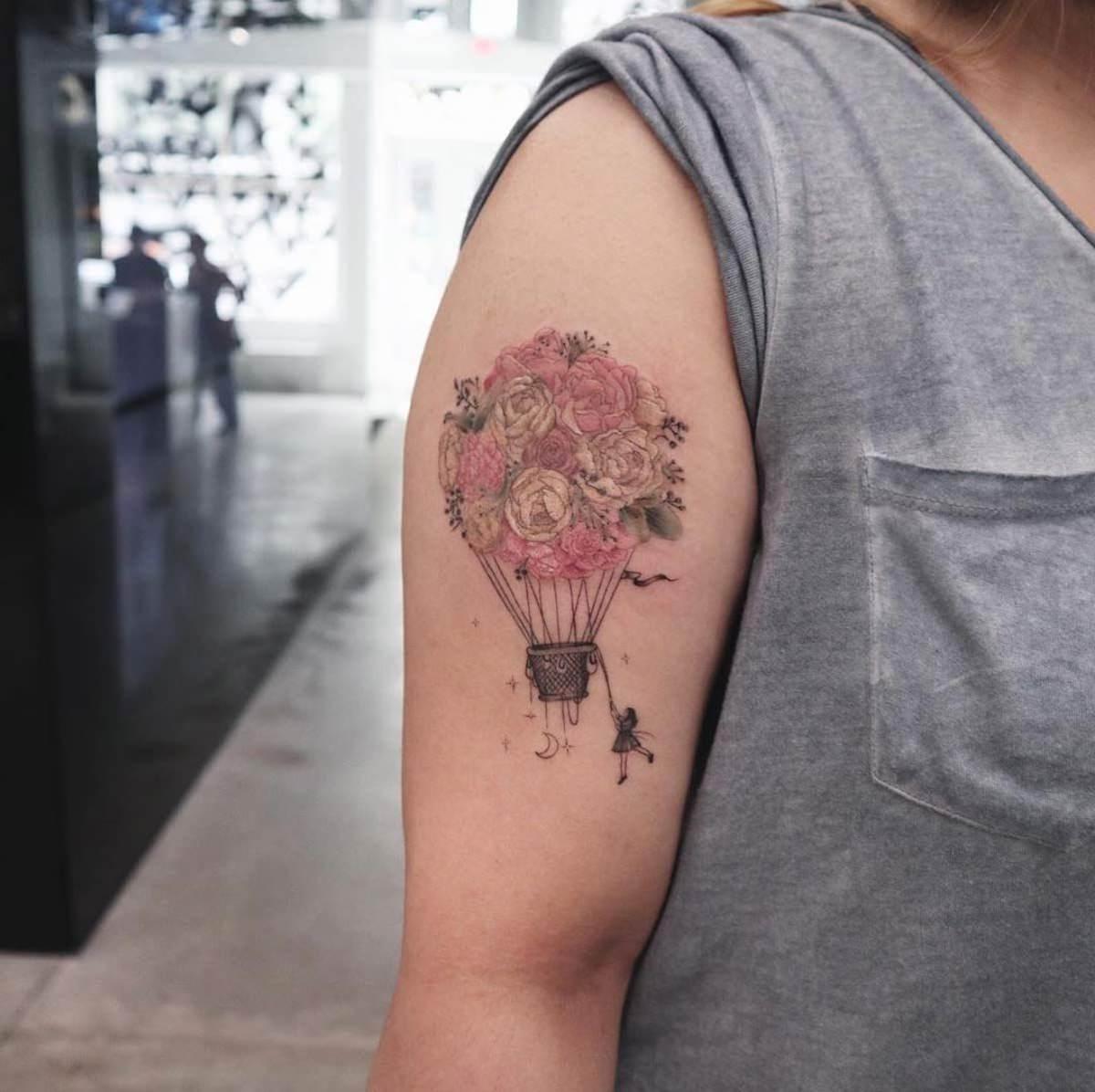 Tatuagem no braço de balão feito de rosas