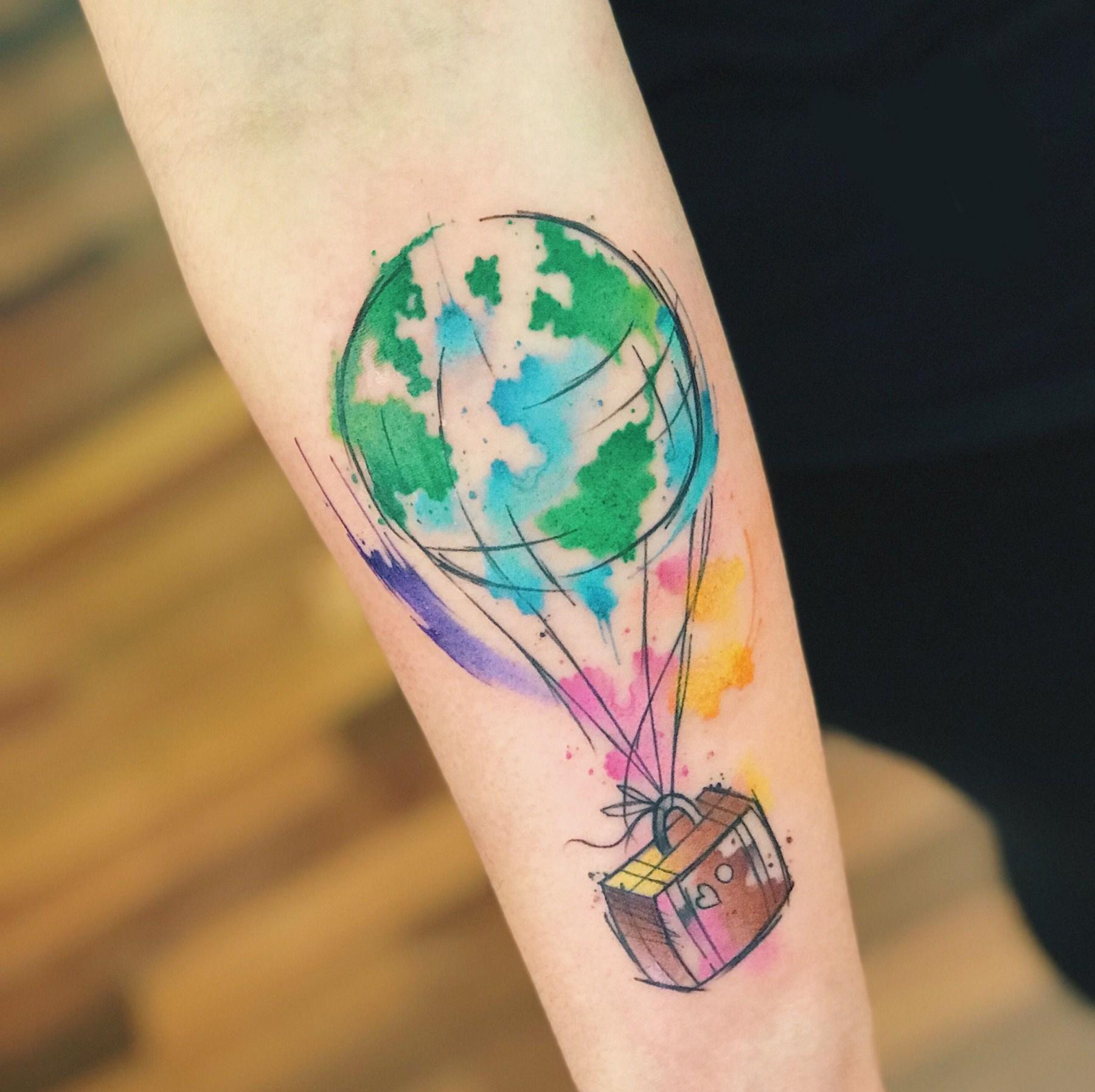 Linda tatuagem multicor no braço