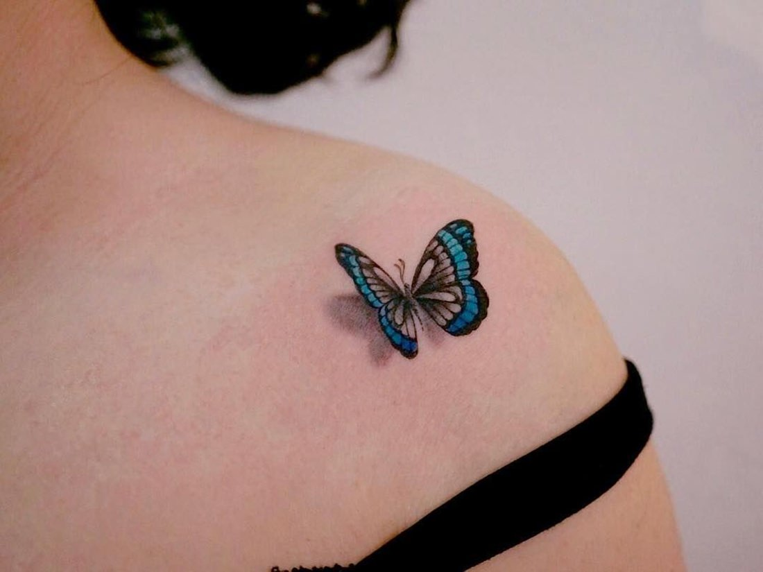 Tatuagem feminina 3D com borboleta azulada