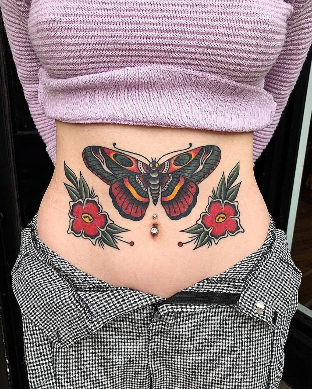 Tatuagem na barriga de borboleta e flores vermelhas