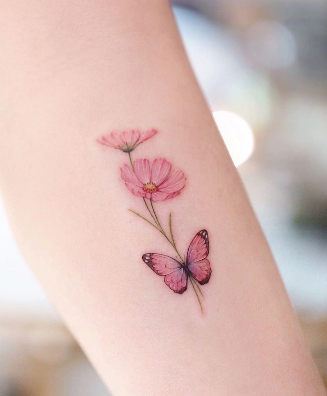 Tatuagem em tons de rosa e salmão super delicada