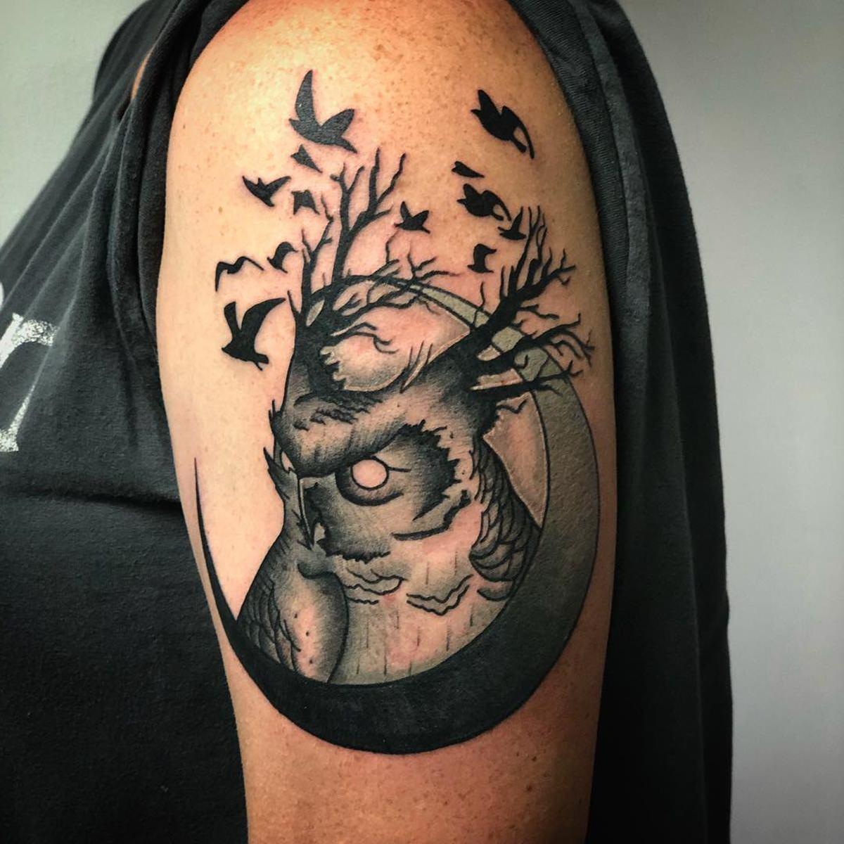 Tatuagem feminina de uma coruja noturna mostrando sua ligação com a natureza