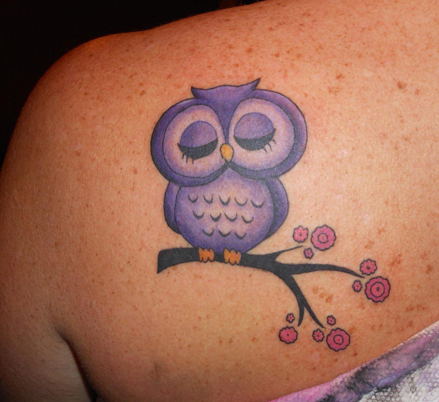 Coruja lilas tatuada nas costas (super cute)