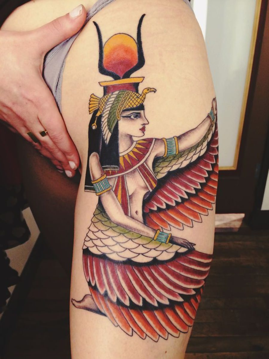 Tatuagem feminina e colorida da Cleópatra