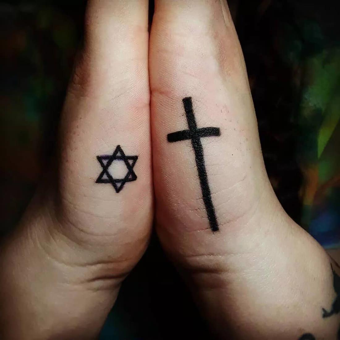 Estrela de Davi tatuada na mão em representatividade da fé