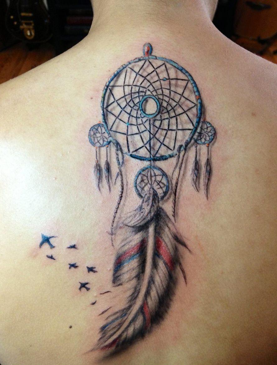 Tatuagem nas costas filtro dos sonhos e pássaros