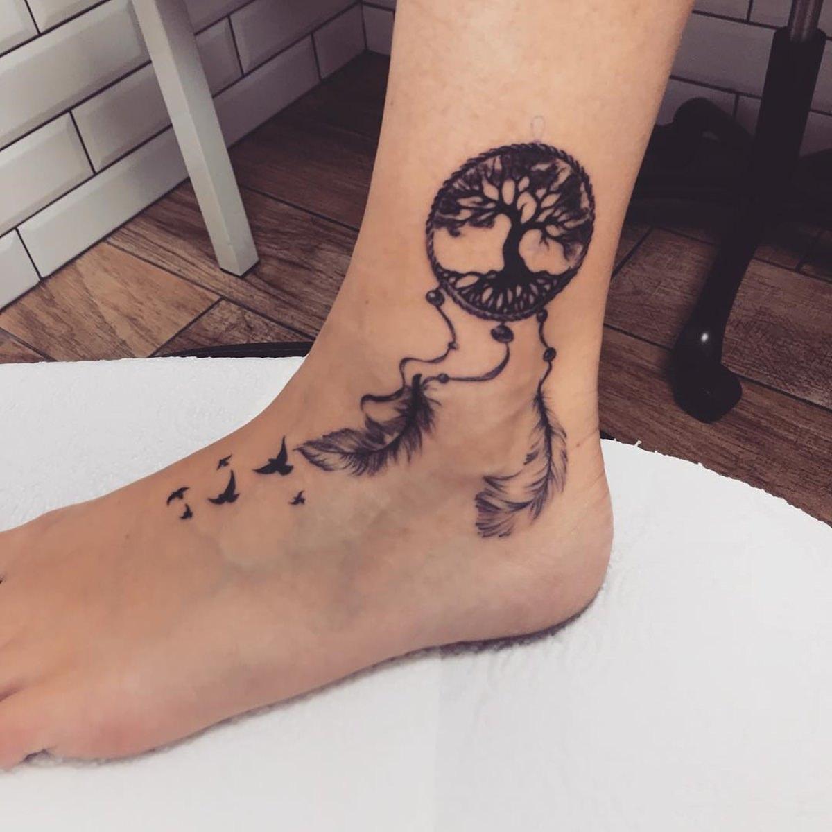 Tatuagem filtro dos sonhos no pé