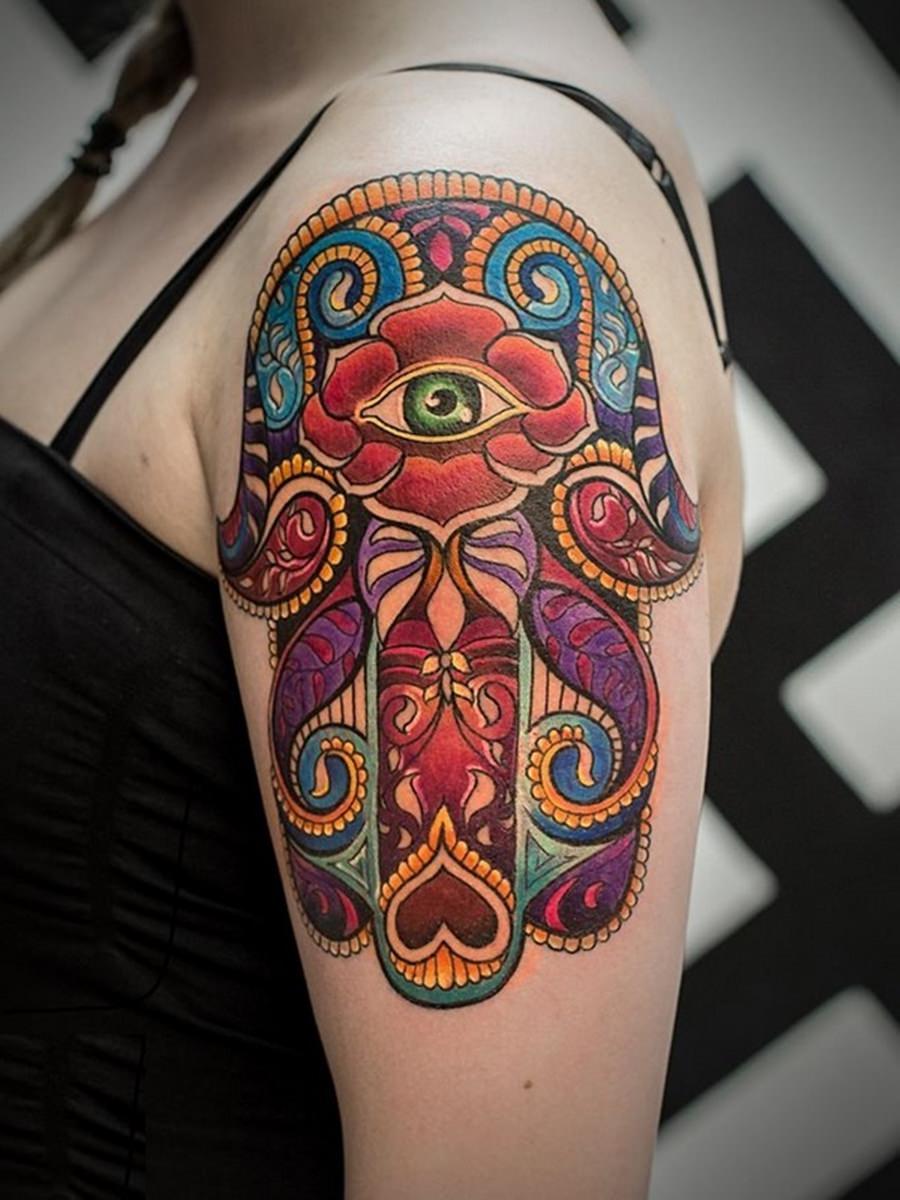 Simbolo indiano do terceiro olho tatuado no braço