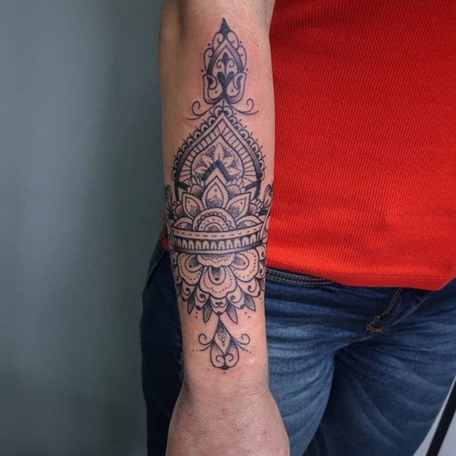 Tatuagem feminina indiana com muito estilo