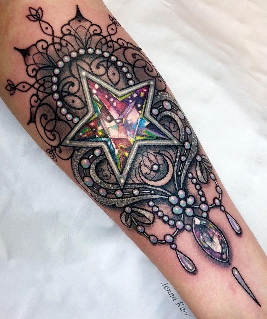Tatuagem feminina de diamante em formato de estrela