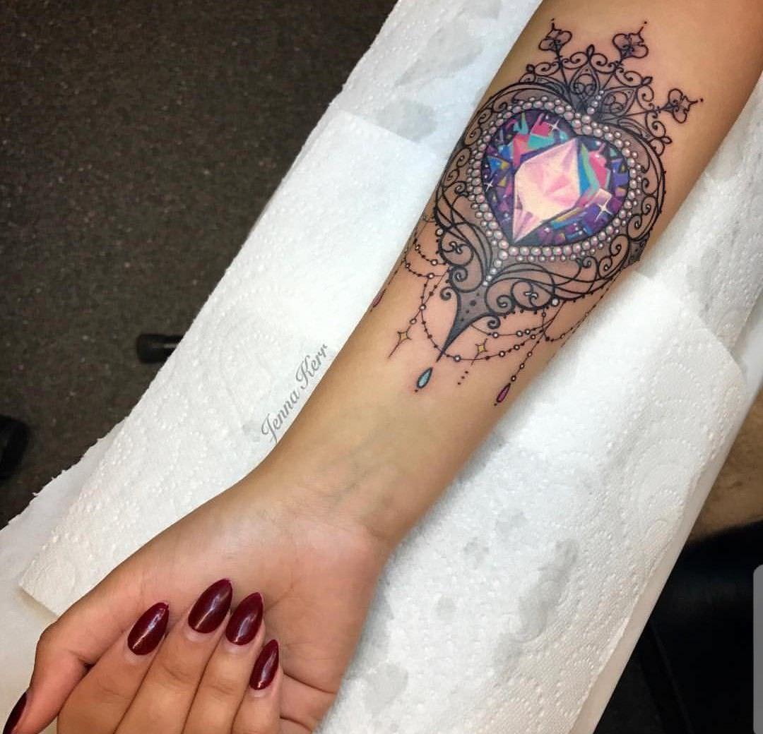 Diamante em formato de coração tatuado no braço