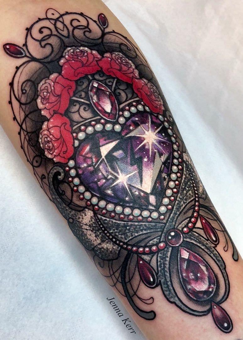 Tatuagem de diamante no formato de coração e com rosas