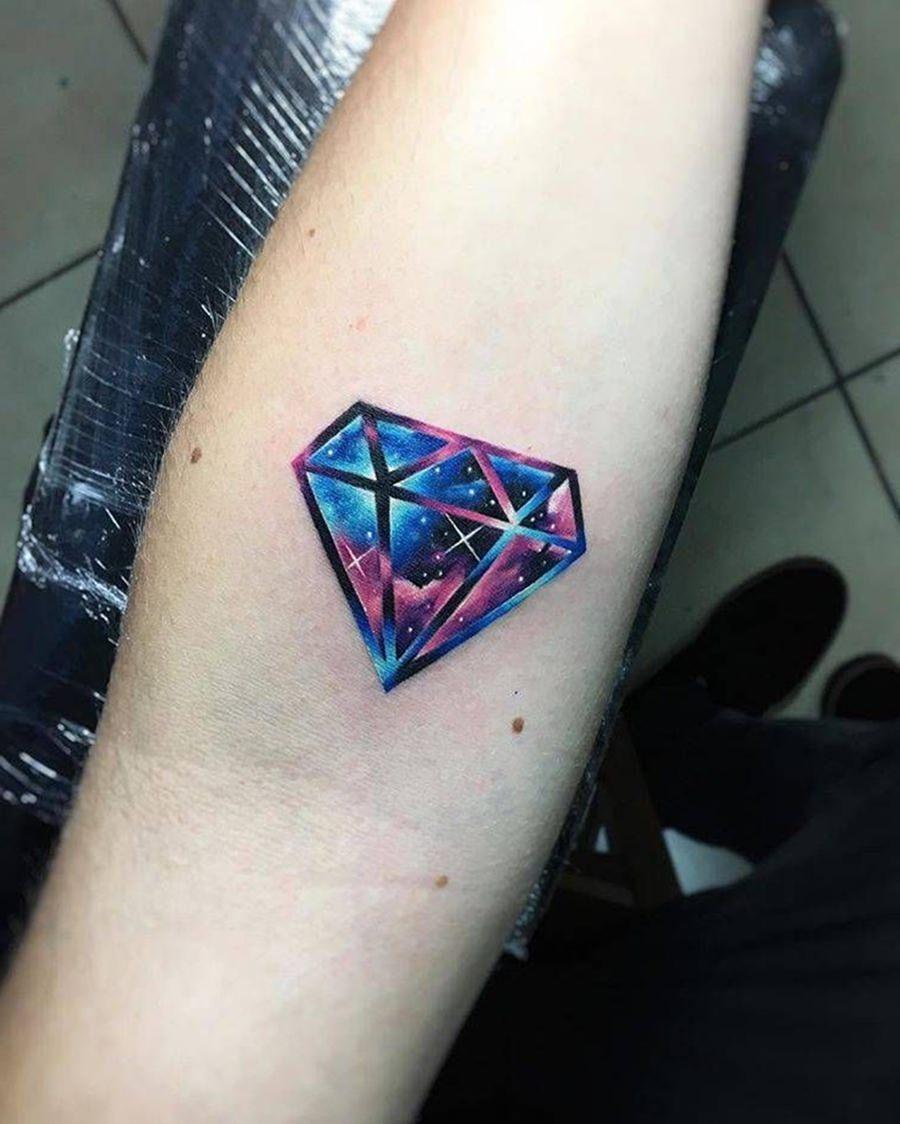 Diamante cheio de cores tatuado no braço