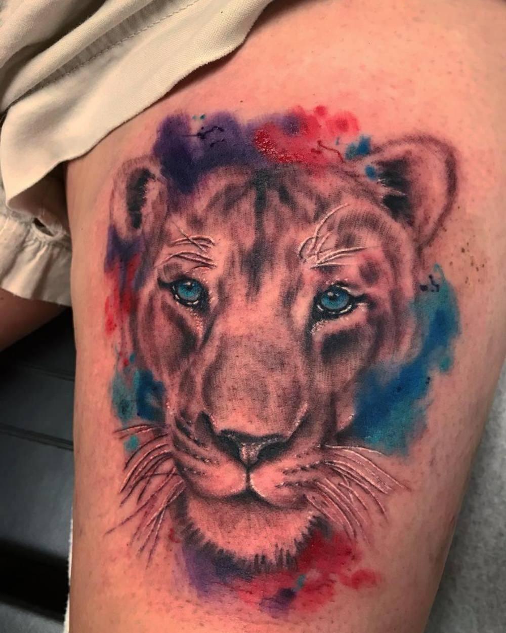 Tatuagem colorida de uma leoa